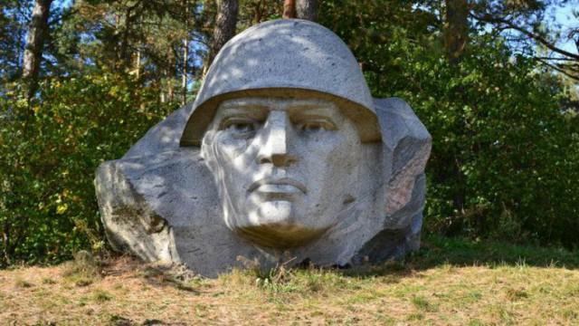 В Литве снесли памятник советскому воину-освободителю