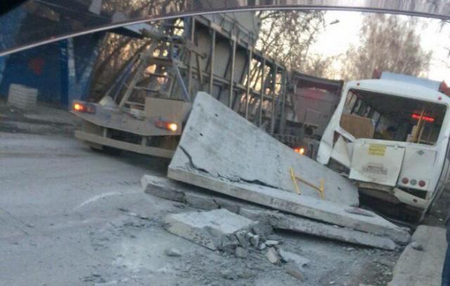 Бетонные плиты с длинномера обрушились на маршрутку в Новосибирске