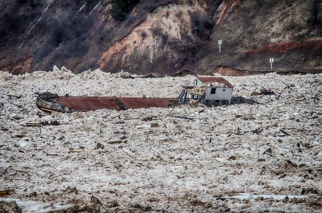 К Северодвинску движется баржа-призрак
