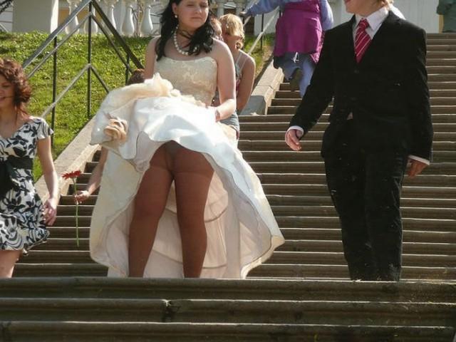 ветер проказник задирает платья у девушек фото
