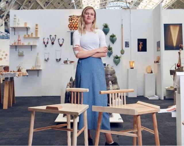 Феминистки изобрели два стула для защиты от мужчин