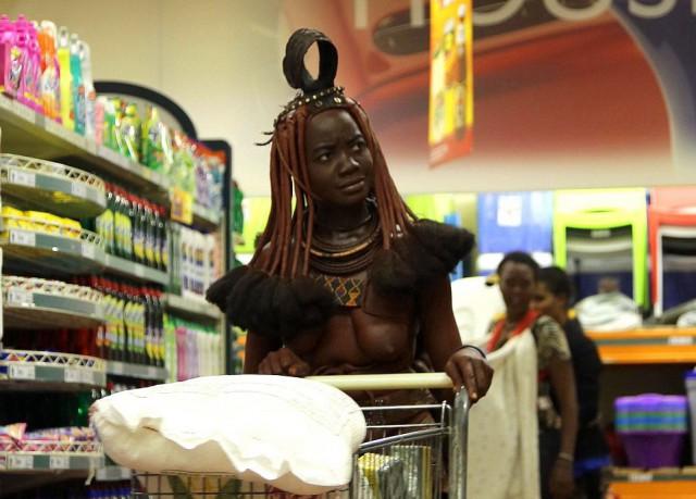 Повседневная жизнь в Намибии: женщина племени химба в супермаркете