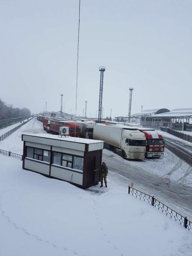 Россия не пропускает грузовики из Украины, возле пункта пропуска на Харьковщине скопилось около 100 фур