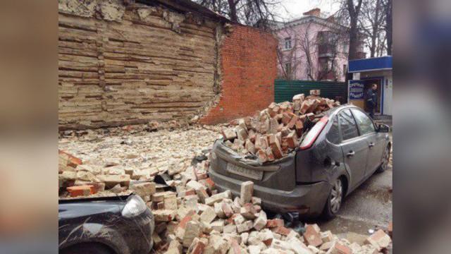 Ветеран ВОВ осталась должна полмиллиона рублей из-за обвалившейся стены её дома