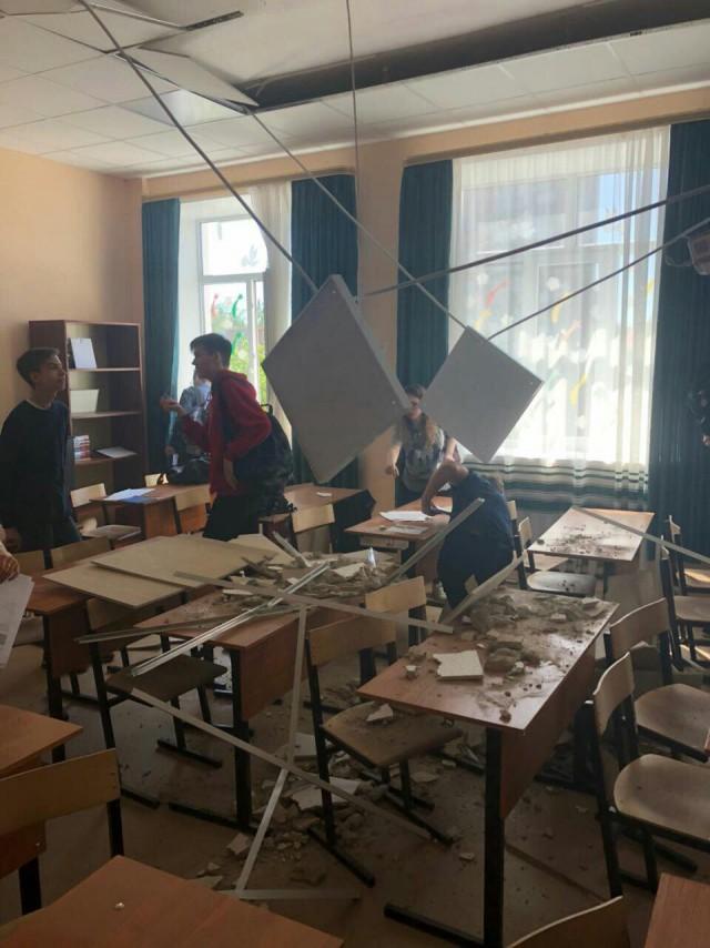 В подмосковной школе, отремонтированной за 30 млн рублей, на детей на уроке рухнул потолок