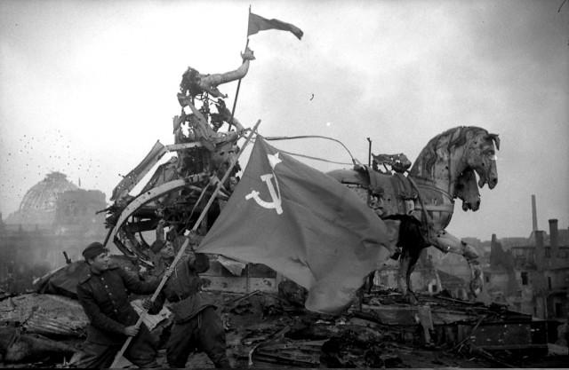 На куполе Рейхстага было поднято Знамя Победы
