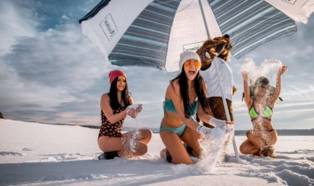 Горячие сибирячки в купальниках на снегу