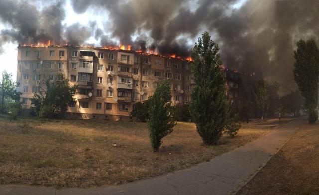 В Новой Каховке (Украина) горит крыша многоэтажного дома