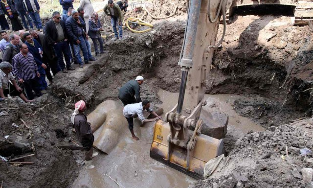 Египетские и немецкие археологи обнаружили восьмиметровую статую из кварцита