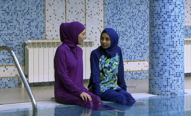 Вон из бассейна или мусульманки против: в Германии мужчине запретили посещать бассейн во время уроков плавания его дочери