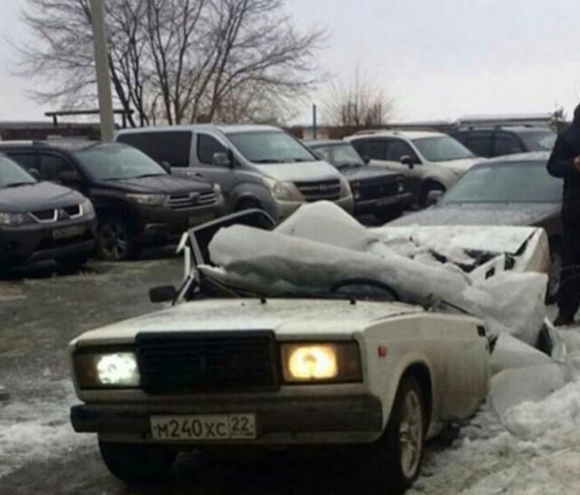 Кусок льда раздавил Жигули