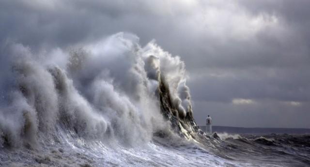 Штормовые волны, разбивающиеся о маяк