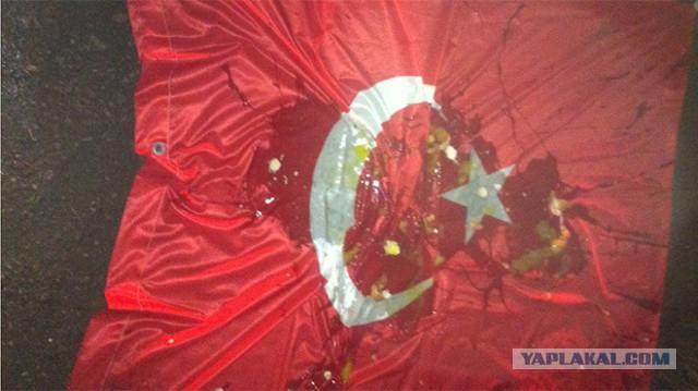 Ульяновцы сорвали с крыши и закидали яйцами флаг