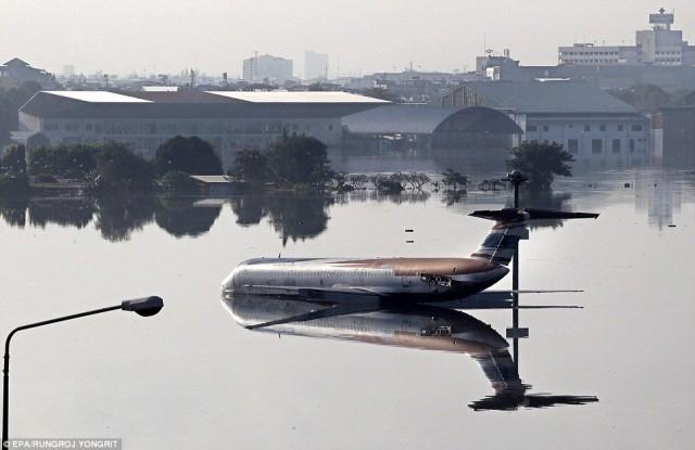 Затопленный аэропорт в Тайланде