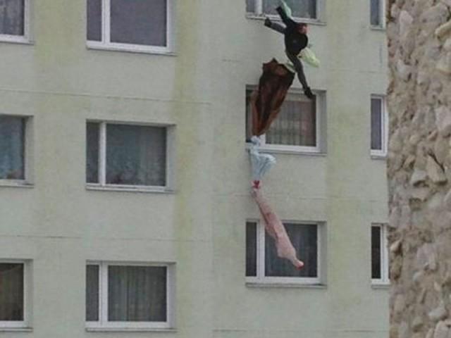 В Твери мужчина упал с 10 этажа