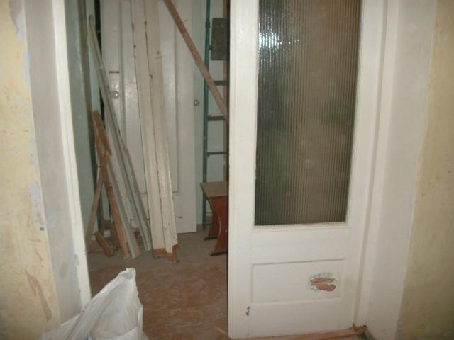 установить металлическую дверь в сталинском доме