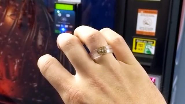 Умелец растворил банковскую карту в ацетоне, чтобы сделать кольцо для бесконтактных платежей