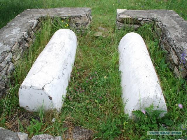Заброшенная синагога 1532 года и старое кладбище.