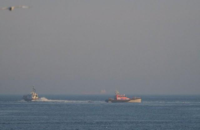 Голландские пограничники выловили африканца, пытавшегося доплыть до Британии на плоту из горшков