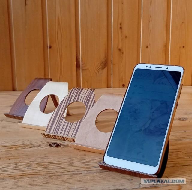 Очень красивые подставки под смартфон или планшет из древесины ценных пород.
