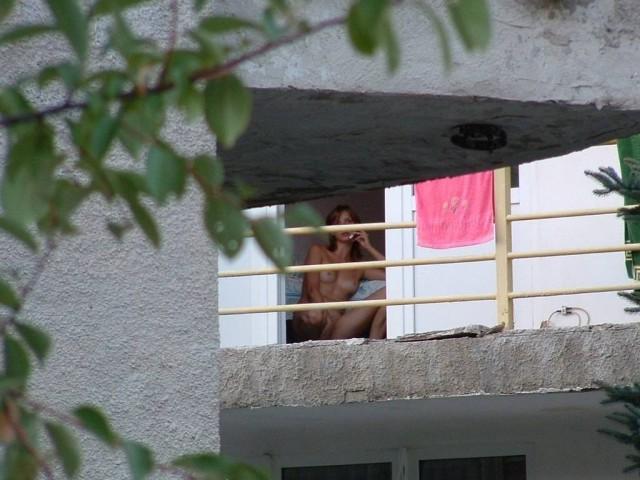 подглядываю в окно