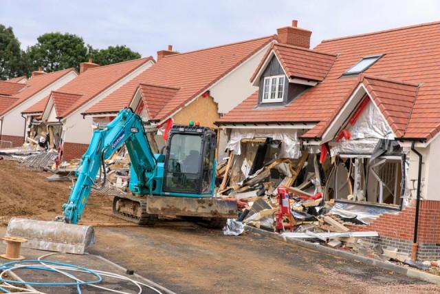 Разбушевавшийся экскаваторщик, которому не заплатили, снёс пять частных домов