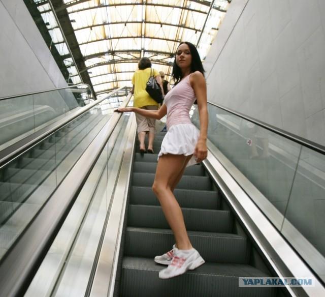 фото под юбкойв метро