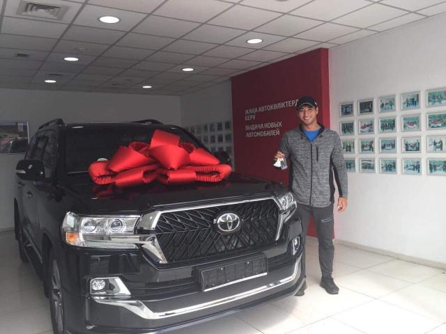 """Спортсмену из Казахстана подарили Toyota Land Cruiser, но есть одно """"но"""""""