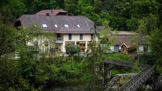 В немецком отеле обнаружены тела трех людей, застреленных из арбалета