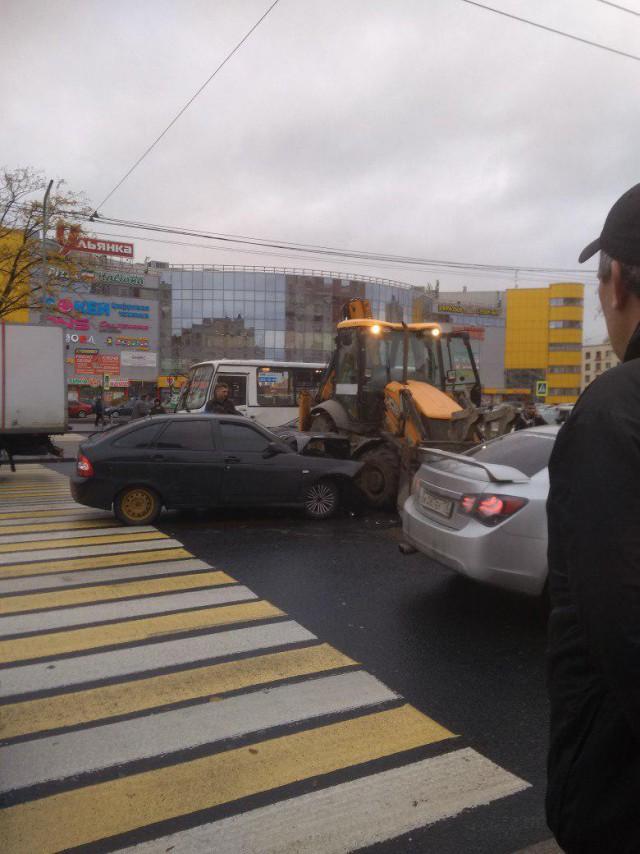 Стас Барецкий на своей Priora въехал в трактор на Проспекте Ветеранов в СПб