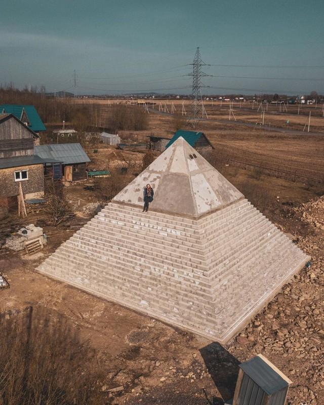 Под Петербургом построили девятиметровую копию пирамиды Хеопса