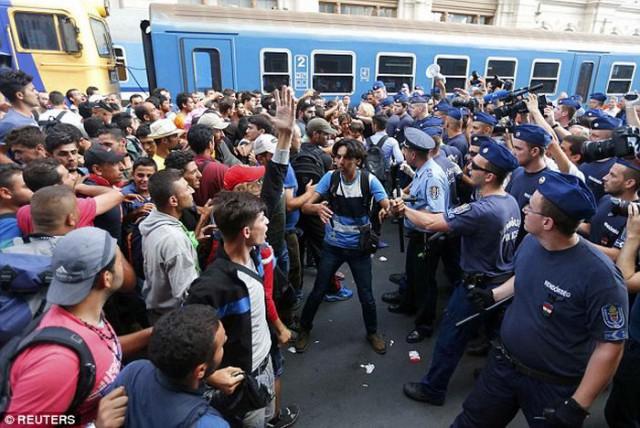 Вокзал в Будапеште закрыли из-за наплыва мигрантов