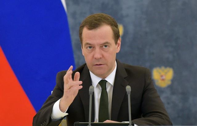"""Медведев назвал """"чушью"""", """"какими-то бумажками"""" и """"компотом"""" якобы собранный на него компромат"""