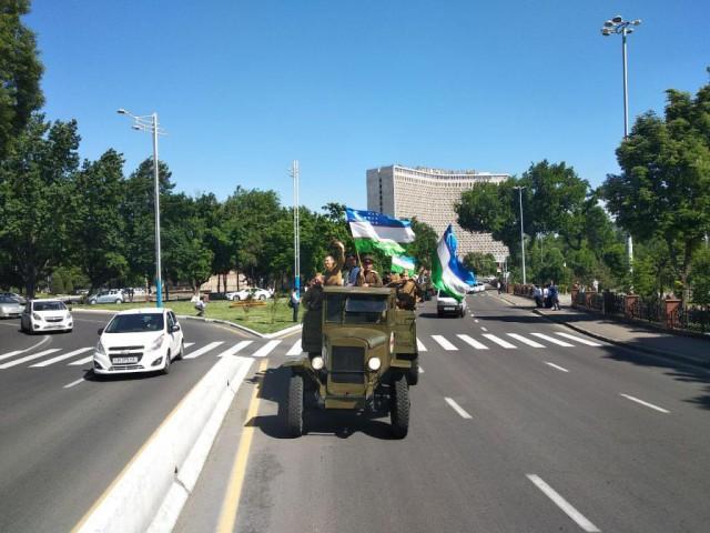 Автоколонна из техники времен Второй мировой войны проехала по Ташкенту