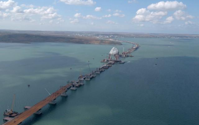 Герой асфальта: на Крымском мосту начали укладывать дорожное покрытие