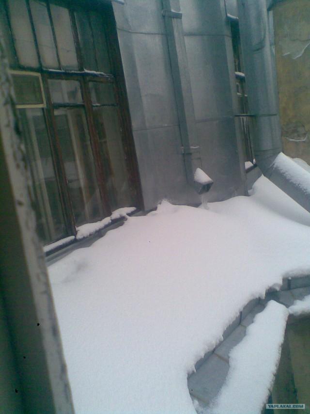 Окно заваливает снегом (4 фото)