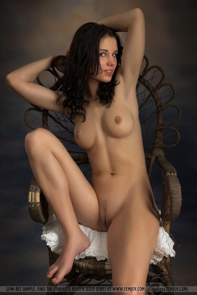 На плетеном кресле как на троне