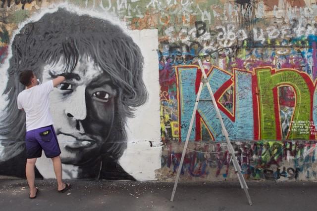 Стену Цоя обновили портретом певца