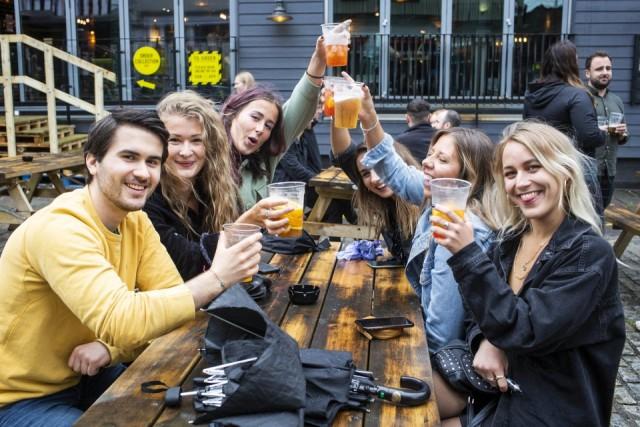 Дебош и 8 млн литров выпитого пива: как британцы провели первую ночь открытия пабов