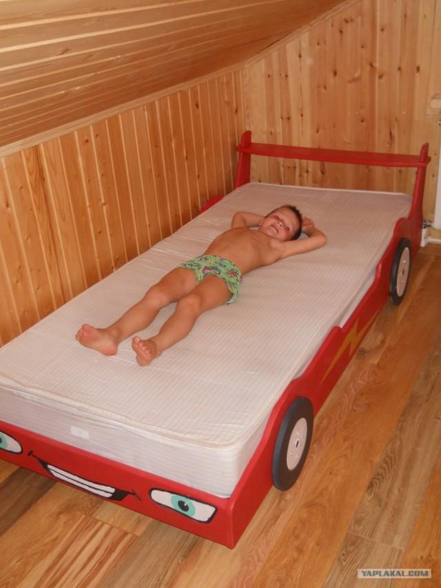 Кровать в форме машины.