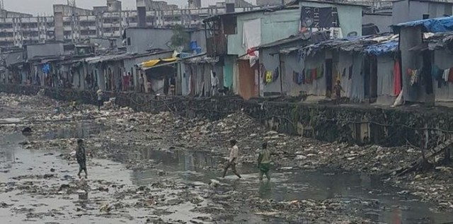 Индийский парень построил мост в трущобах Мумбая