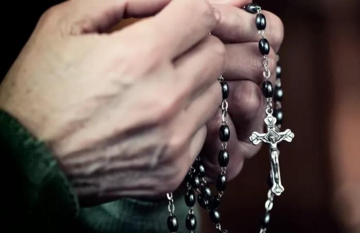Священнику воспитывающему 70 приемных детей, предъявили обвинение в изнасиловании.