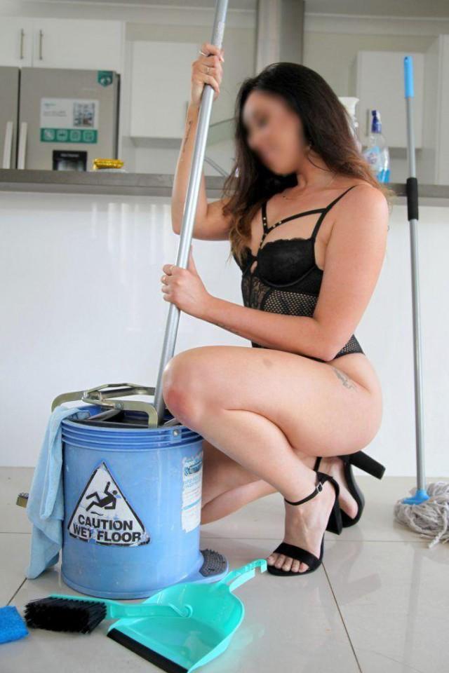 У 28-летней уборщицы значительно выросла зарплата, когда она стала работать... голой