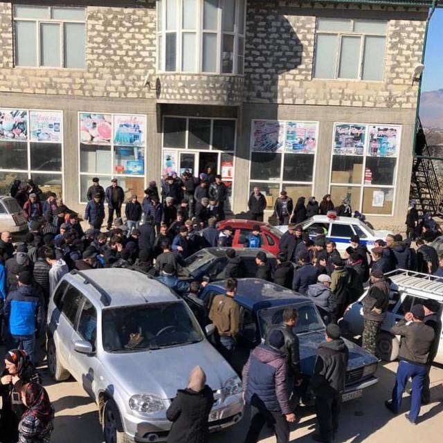 Сегодня целое дагестанское село Хаджалмахи собралось и избило полицейских, обстрелявших машину с подростком-инвалидом