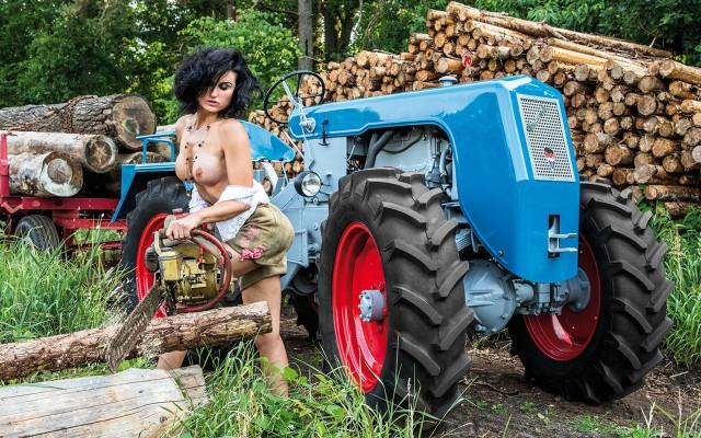Просто девушки и красивые трактора. Фото.
