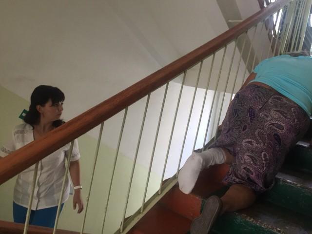 В Мордовии 70-летней бабушке пришлось ползти на третий этаж поликлиники со сломанной ногой