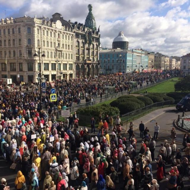 По центру Петербурга прошёл крестный ход с участием местных властей. Автомобилисты пожаловались на крупные пробки