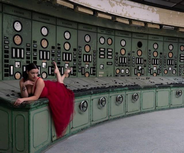 Фотограф запечатлел свою девушку в заброшенных местах