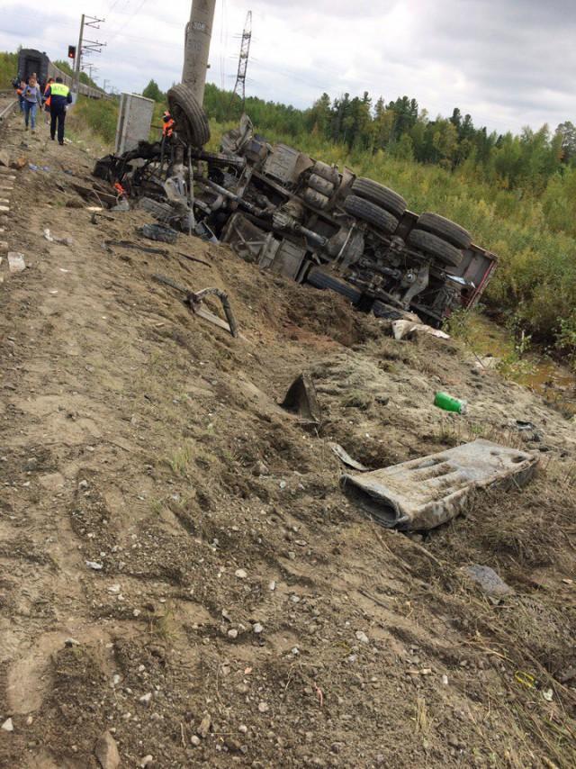 КамАЗ врезался в пассажирский поезд в ХМАО