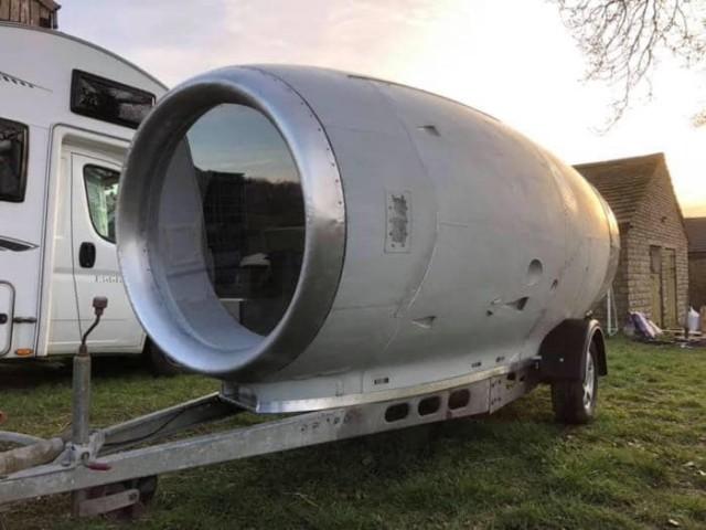 Уютный домик на колесах из реактивного двигателя самолета